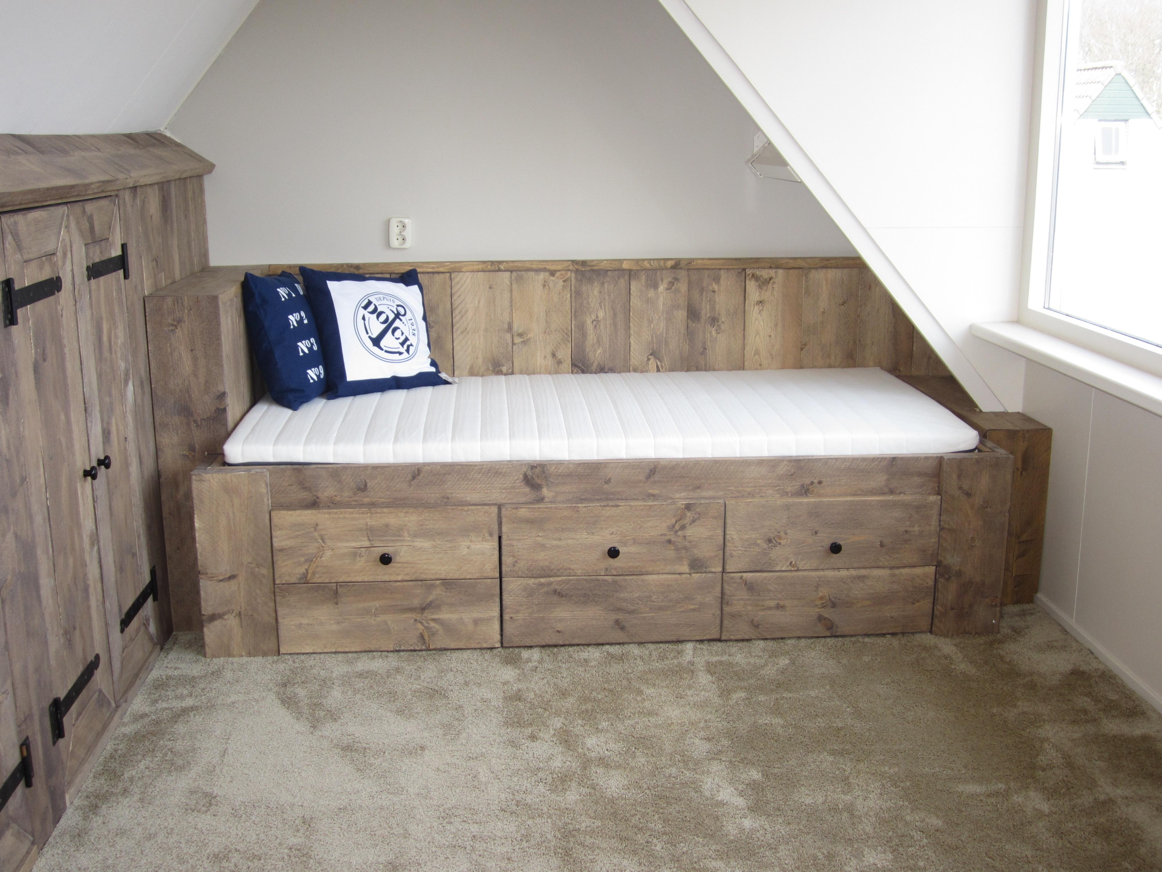 Opbergruimte Slaapkamer : Het bed en de kasten zijn beide voorzien van ...